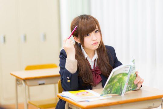 日本史の勉強に悩む女の子